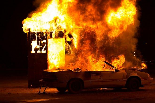 От пожара пострадало строение и машина
