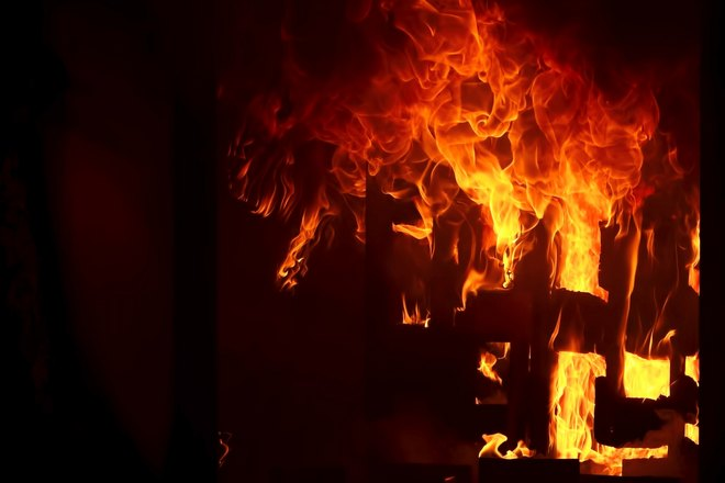 Пламя объяло дом