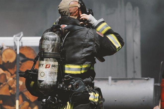 Пожарный в обмундировании