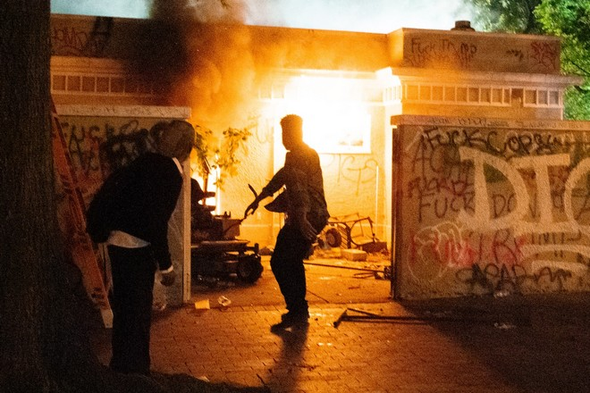 Люди выбежали из горящего дома