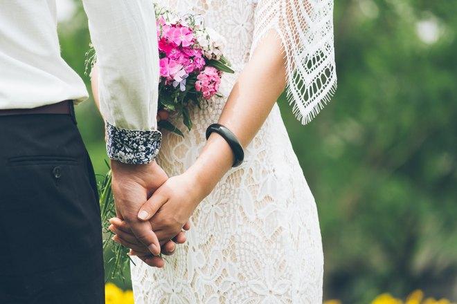 Снится, что жених и невеста держатся за руки