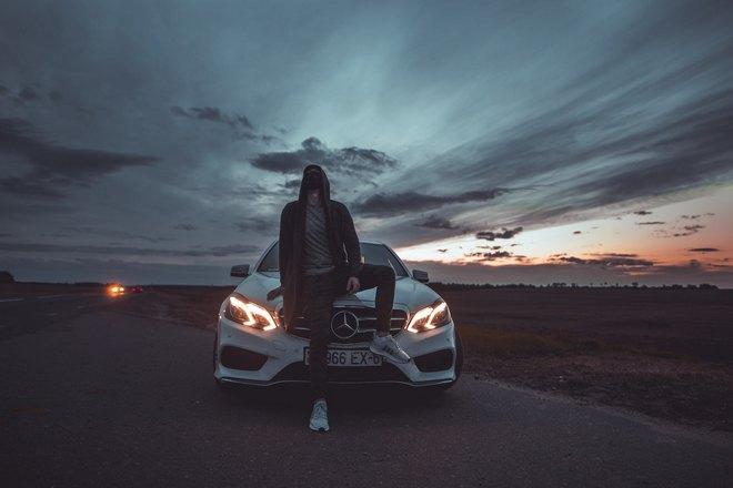 Угонщик на фоне машины