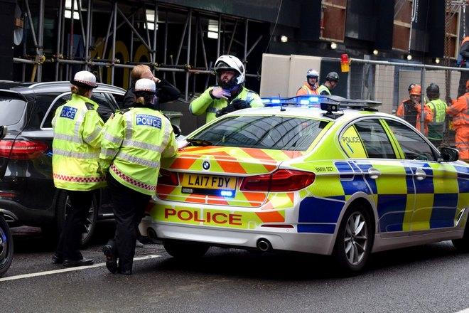 Полиция проверяет автомобиль на угон