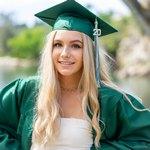 Выпускница со светлыми волосами
