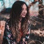 Снится веселая девушка с длинными темными волосами