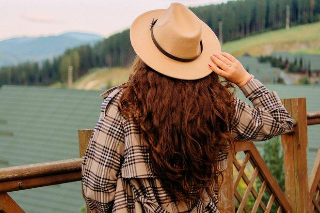 Рыжие волосы под шляпой