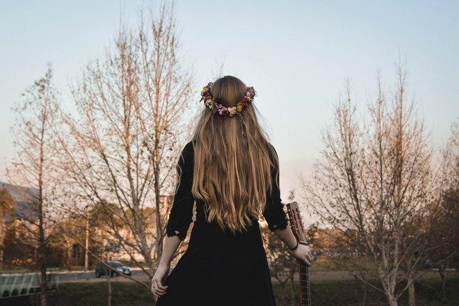 Приснилось, что девушка украсила волосы венком