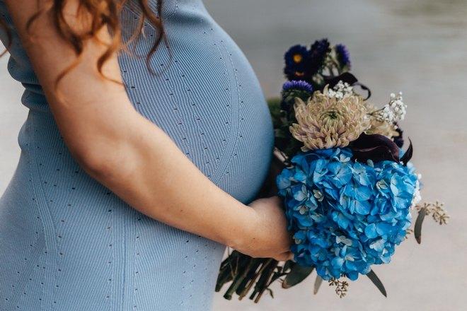 Беременная девушка с цветами