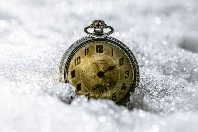 Часы упали в снег