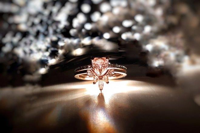 Кольцо и яркий свет