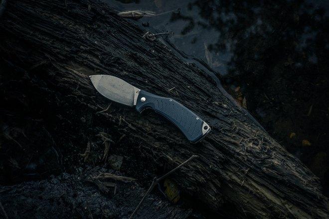 Нож лежит на дереве