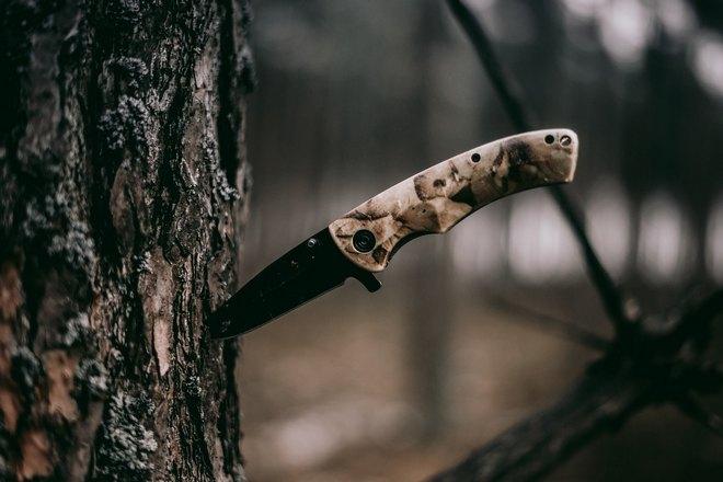 Нож в дереве