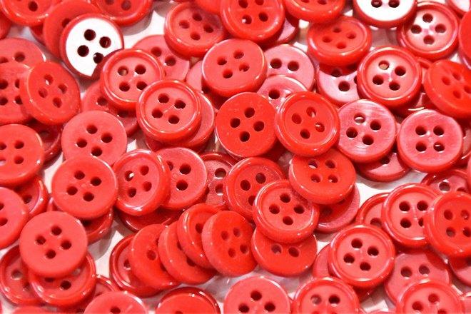 Красные пуговицы и несколько белых