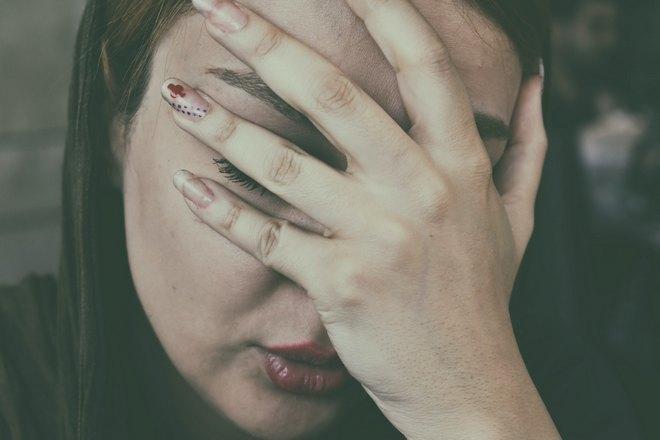 Приснилась плачущая девушка, прикрывающая лицо ладонью