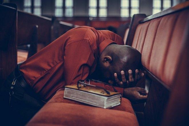 плачет после прочтения книги