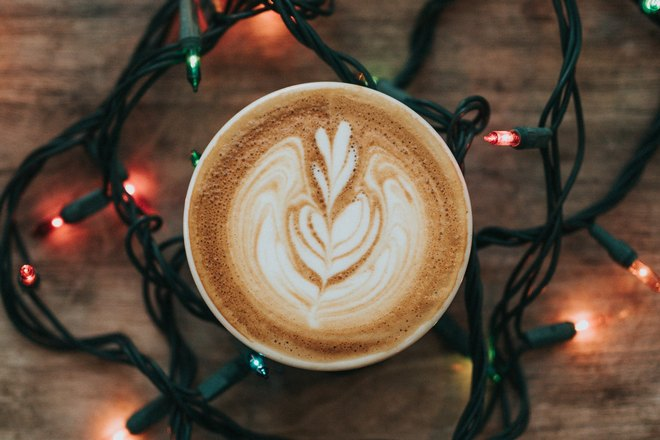 Чашка кофейного напитка и гирлянда