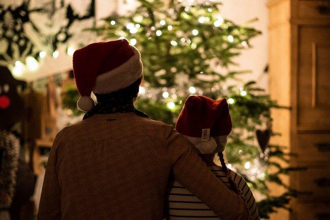 Отец и сын в новогодних шапках