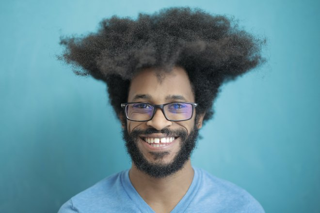 Мужчина в очках с пышной прической