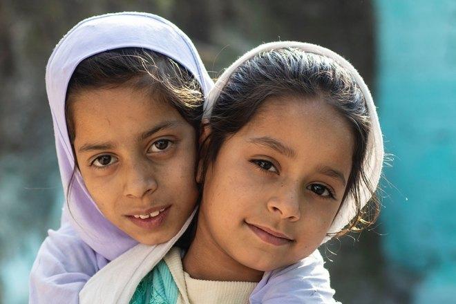 Две девочки в косынках
