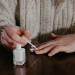 Обработка ногтя на безымянном пальце