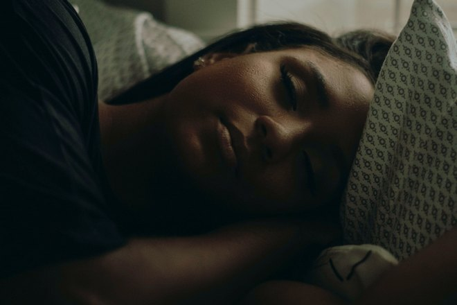 Девушка спит в темноте