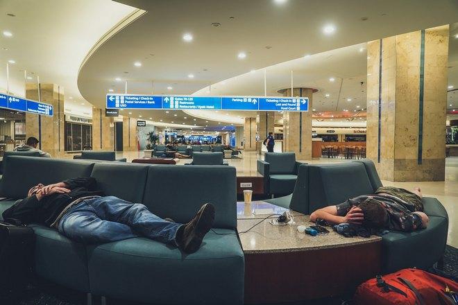 Двое мужчин спят на вокзале