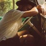 Парень в шляпе спит на руле