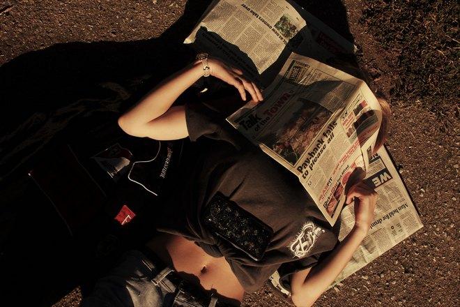 Кто-то спит под газетами