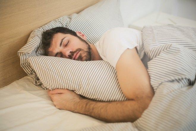 Спящий бородатый мужчина