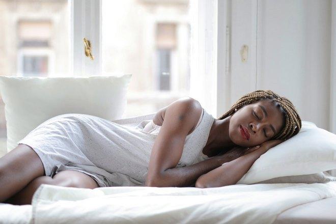 Девушка в белом спит у окна
