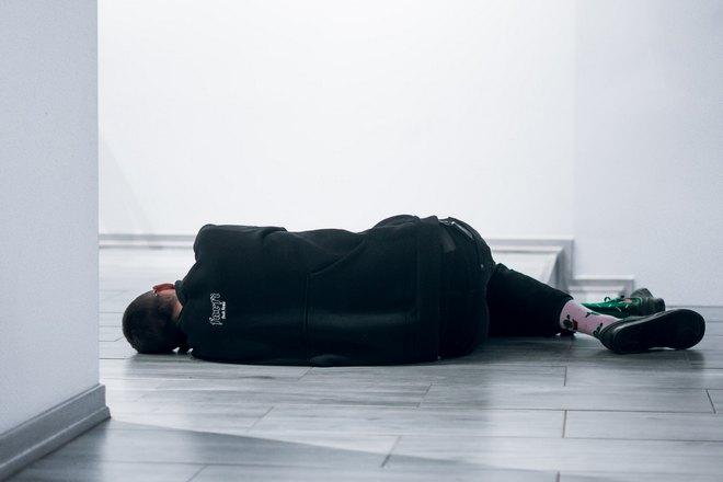 Кто-то спит на полу
