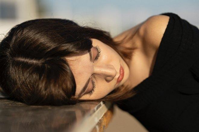 Девушка спит, положив голову на столешницу