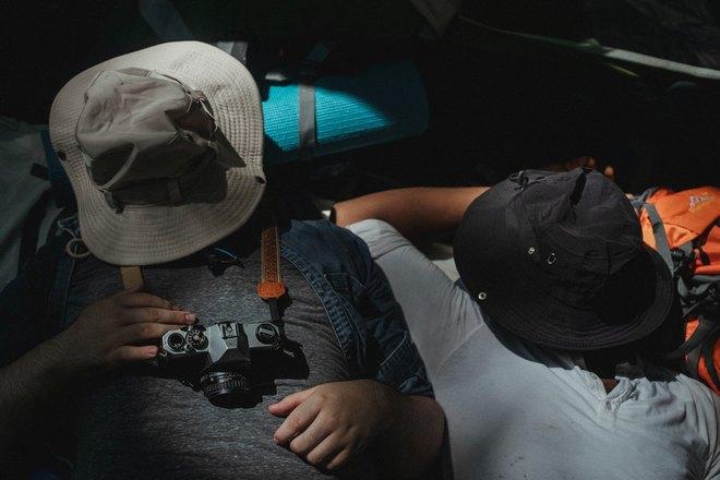 Мужчина спит с фотоаппаратом на шее