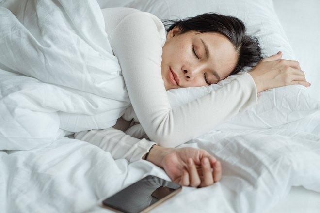 Девушка спит возле телефона