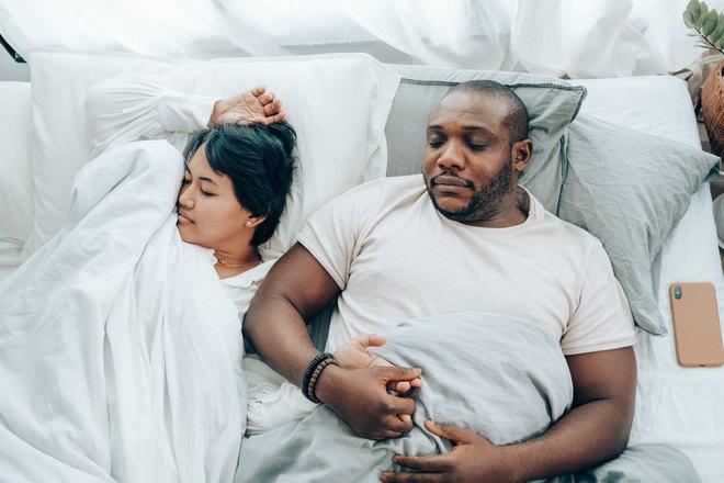 Спящая семейная пара