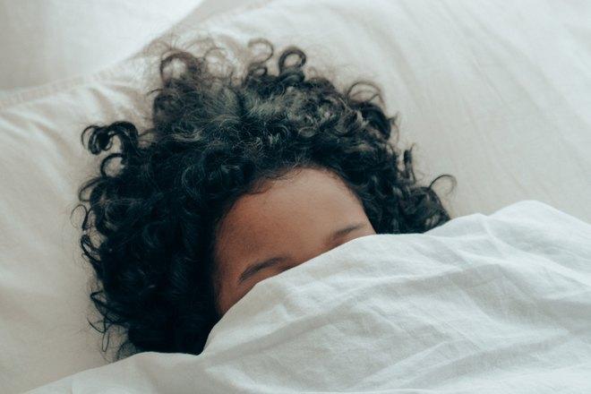 Девушка спряталась под одеялом