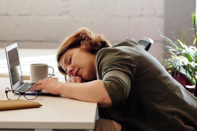 Девушка уснула за столом