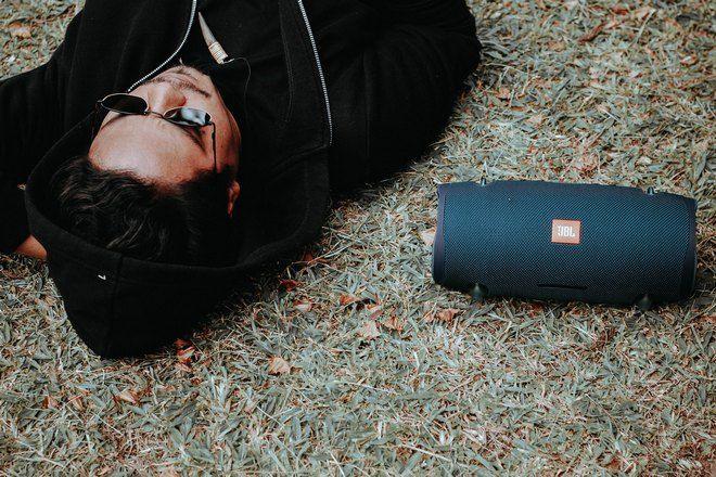 Мужчина в черном спит на траве
