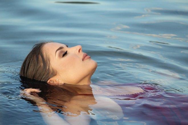 Девушка спит на воде