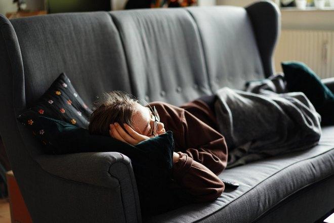 тетя спит на мягком диване