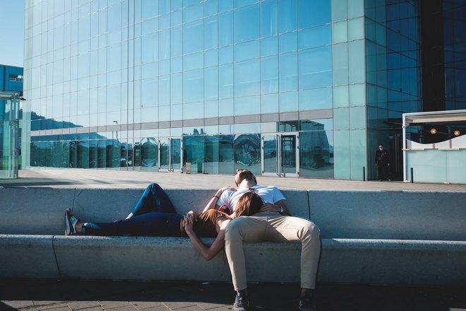 парочка спит на улице
