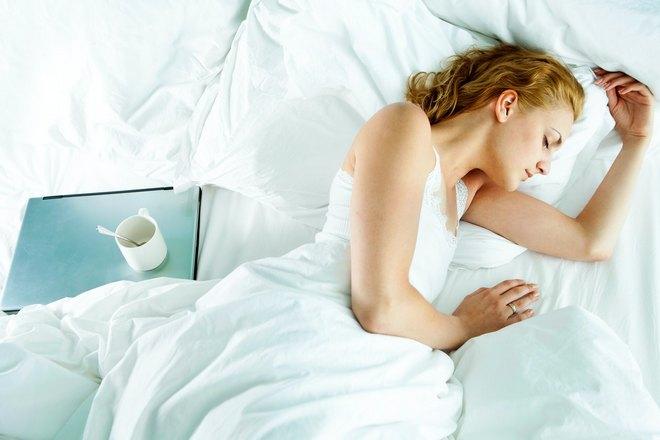 девушка спит с чаем