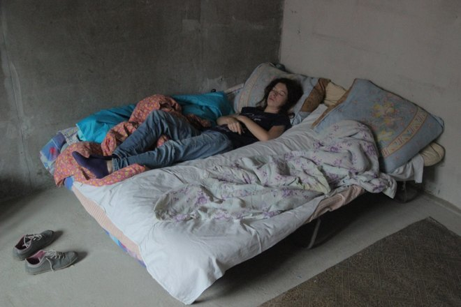 девушка спит на раскладушке