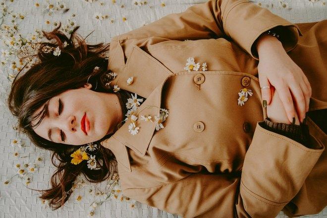 девушка спит в ромашках