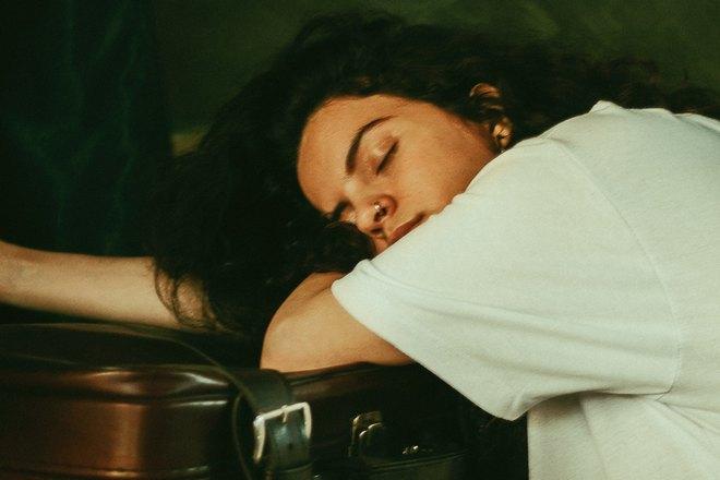 спит девушка с пирсингом