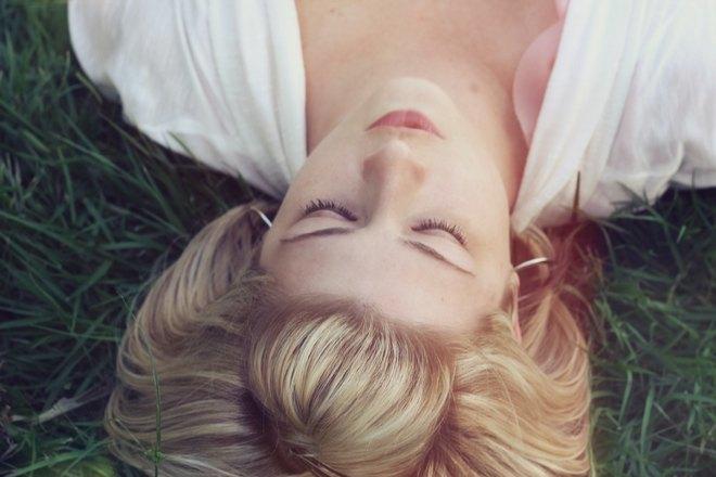 блондинка спит в траве