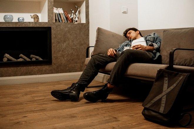 парень спит на диване