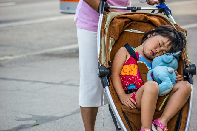 спит ребенок в коляске