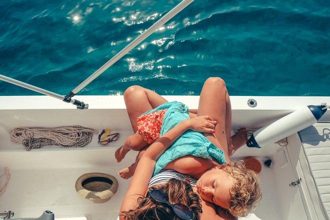 мама с ребенком спят на яхте