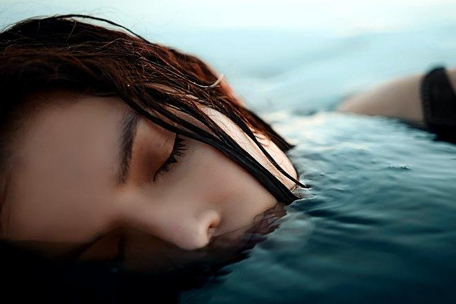 девушка спит в воде